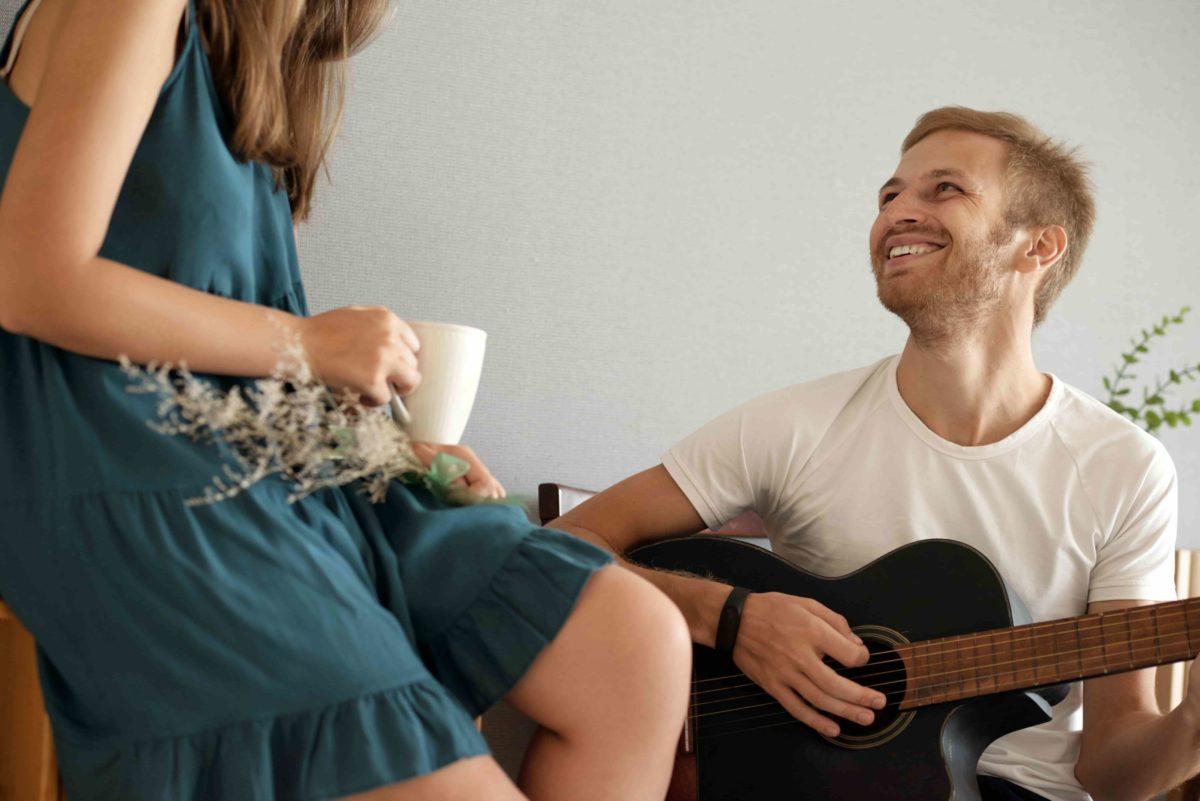 boyfriend singing to girlfriend
